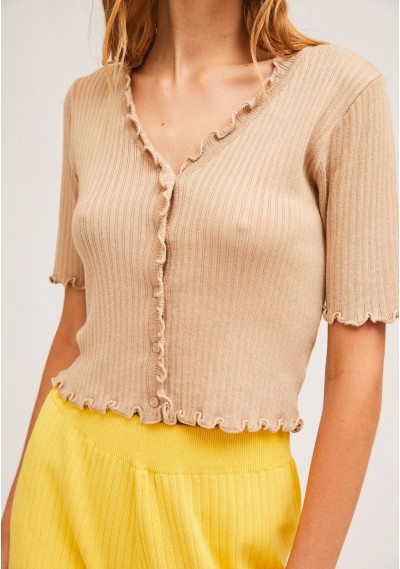 Short plain beige knitted cardigan with crimped finish -  Compañía Fantástica