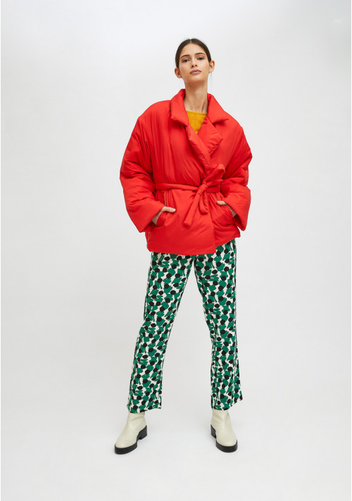 Red cropped padded coat with lapel collar and belt - Compañía Fantástica