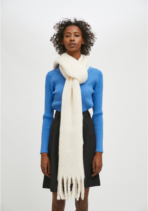 White soft knitted scarf with fringe detail - Compañía Fantástica