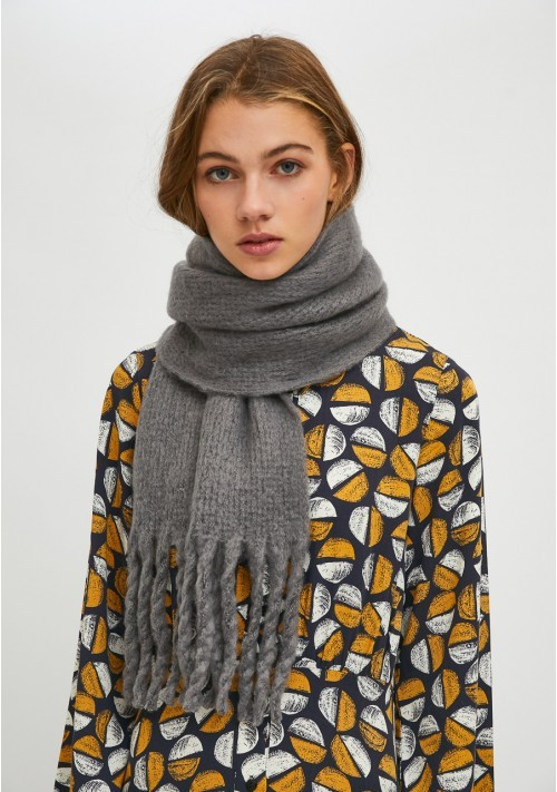 Grey soft knitted scarf with fringe detail - Compañía Fantástica