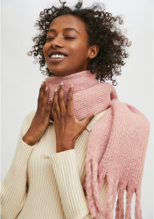 Pink soft knitted scarf with fringe detail - Compañía Fantástica