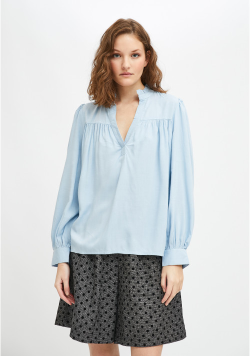 Lightweight blouse with ruched detail and front opening in blue - Compañía Fantástica